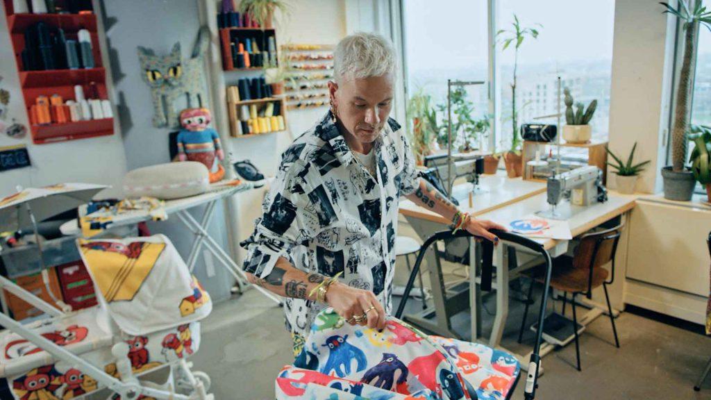 פורץ גבולות: שיחה מעוררת השראה עם המעצב באס קוסטרס